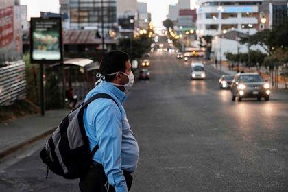 戴口罩的墨西哥居民在街边