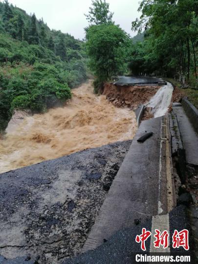 图为江西萍乡芦溪县境内一省门路面泛起大塌方,交通阻断。江西公路 供图