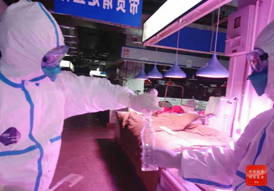 6月17日,中国疾控中央病毒病所溯源专家构成员在新发地农产物批发市场内收罗样本。