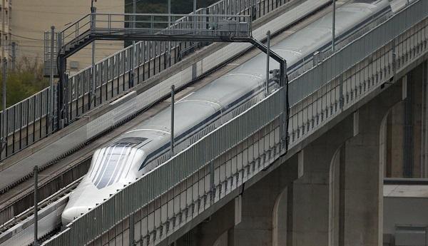 日本东海旅客铁道株式会社的磁悬浮列车在富士山附近的测试线上试运行。