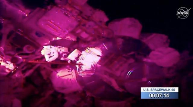两位NASA宇航员完成6小时太空行走,却意外在太空丢了一面镜子