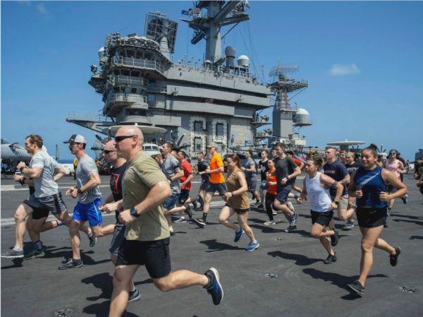 """""""德怀特·艾森豪威尔""""号航空母舰的舰员在飞行甲板上跑步(美联社)"""