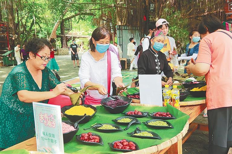 包粽子、祈福快闪 海南槟榔谷黎苗文化旅游区举办多样活动[图]