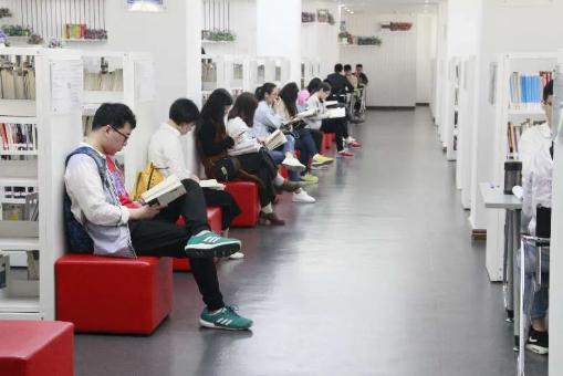 读者在东莞图书馆阅读