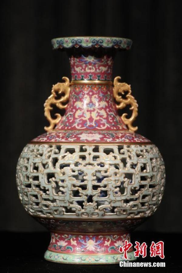 估价9000万港元乾隆时期玲珑夹层瓶将亮相香港苏富比春拍【组图】