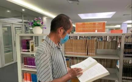 在东莞务工17年的湖北农民工吴桂春与东莞图书馆结缘12年