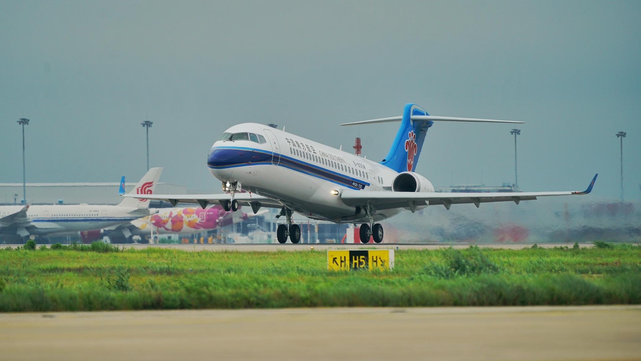 南航首架ARJ21飞机飞往广州白云机场。 南航供图
