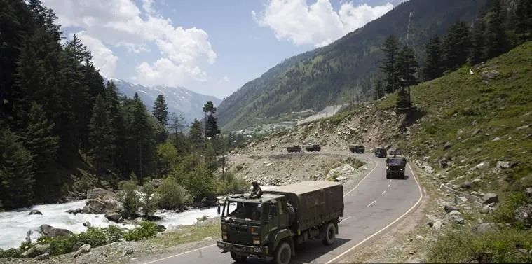 印媒配图:印度陆军车队在甘德巴尔地区高速公路上行驶