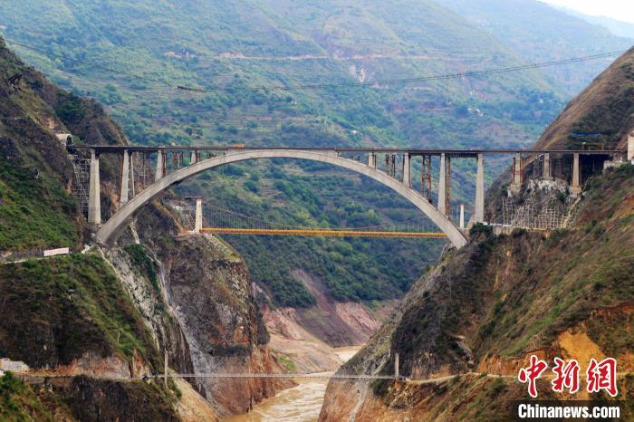 大瑞铁路澜沧江特大桥主体工程完工 全长528米