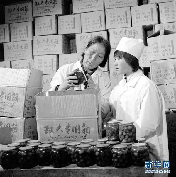 申纪兰(左)率领群众脱贫致富。图源:新华社