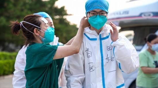 """""""疫""""起再出发 端午护安康 首都医科大学师生志愿者助力核酸检测"""
