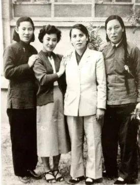 天下人大 一。次集会山西代表团4位女代表的合影,右 一。为申纪兰。图源:收集