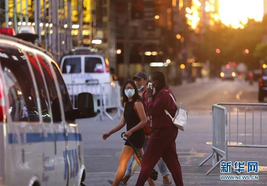▲6月27日,人们在美国纽约时报广场观光。新华社记者 王迎 摄