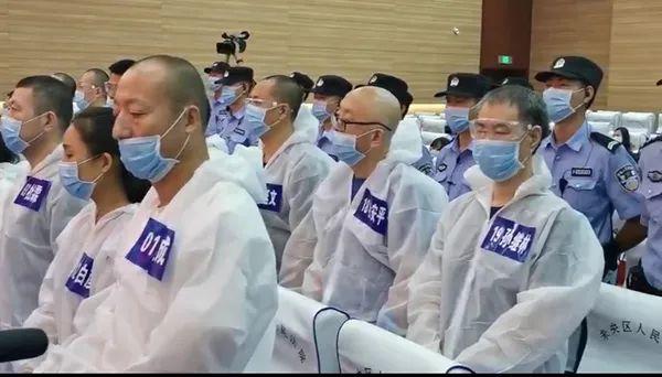 """一排右一为贾延成,二排右起为贾延成团伙""""保护伞""""孙继林、杜安平、党延文。 未央法院 图"""
