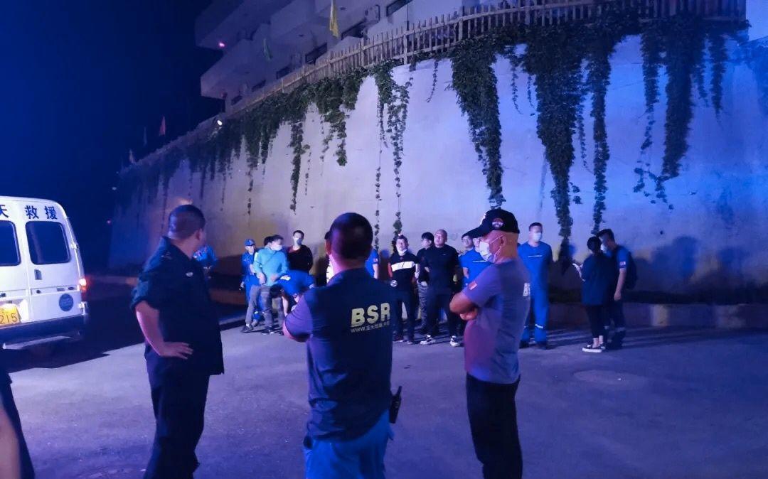 [高德开户]野山被困民警深夜高德开户救援图片
