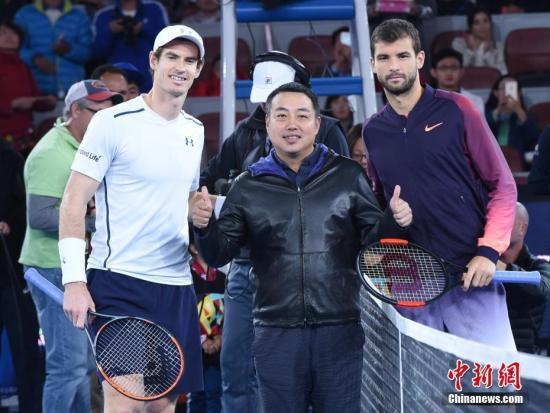 资料图:2016年10月9日,中国乒乓球队总教练刘国梁(中)在北京为2016年中国网球公开赛男单决赛挑边。中新社记者 侯宇 摄