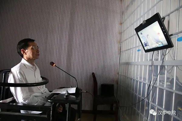 """6月24日,贾延成涉黑团伙""""保护伞""""冯振东涉嫌犯受贿罪在汉中中院受审。汉中中院 图"""