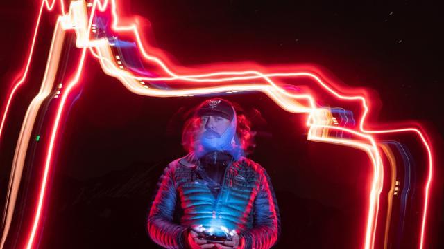 """""""时空雕塑""""!美国50岁艺术家用无人机带LED灯在天空作画"""