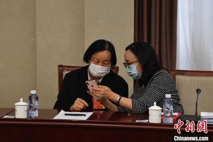 全国两会期间,杨林花和申纪兰探讨交流。 受访者供图
