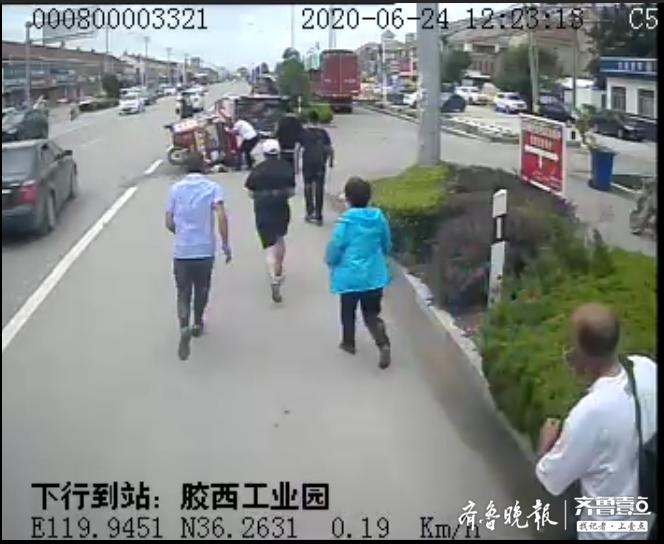 胶州:路遇车祸,公交司机带领乘客现场抬车救