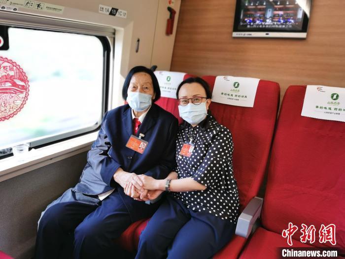 2020年5月20日,在赴京参加全国两会途中,杨林花与申纪兰再次相遇在火车上。 受访者供图
