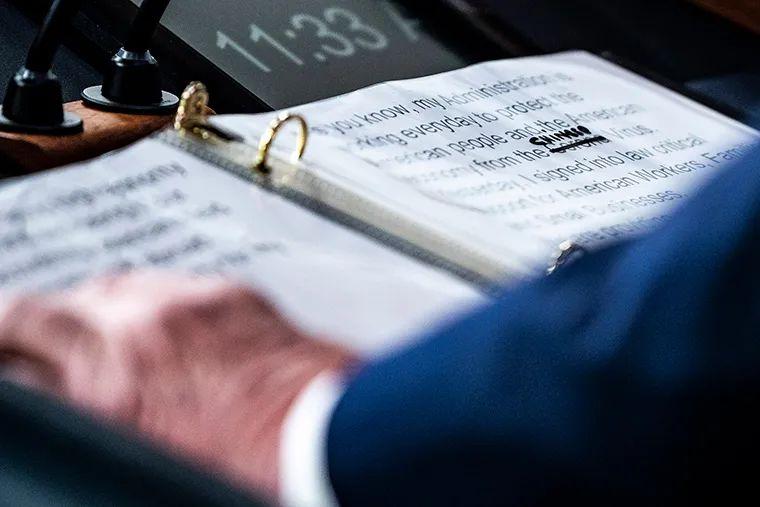 "▲CNN报道,美国总统特朗普3月19日在白宫新闻发布会上的讲稿被记者拍下,照片显示,稿件中的""新冠病毒""被划掉,手写改为了""中国病毒""。(央视新闻)"