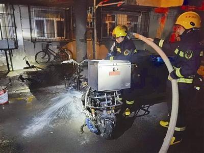 电动车充电自燃 消防队紧急救援