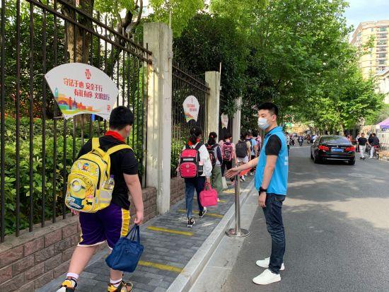 抗疫复学齐聚力,农行上海黄浦老西门支行志愿服务满校园