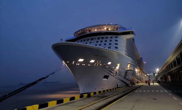 """皇家加勒比""""海洋光谱号""""邮轮停靠吴淞口国际邮轮港"""