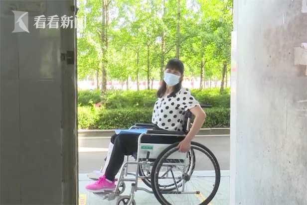 陪学生冲刺高考!班主任坐轮椅拄双拐坚持上课