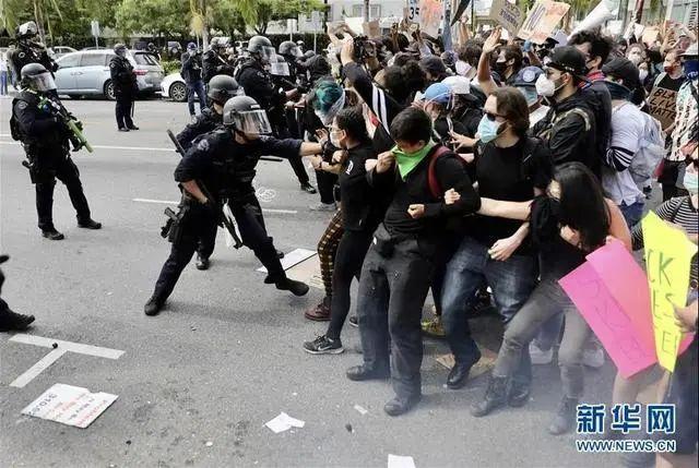 美国洛杉矶,示威者与警方发生冲突