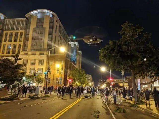 """美国首都变""""战场"""":军用直升机低空驱散人群"""