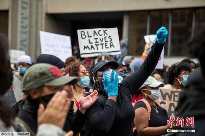 当地时间5月30日,加拿大多伦多,抗议者走上街头示威游行。