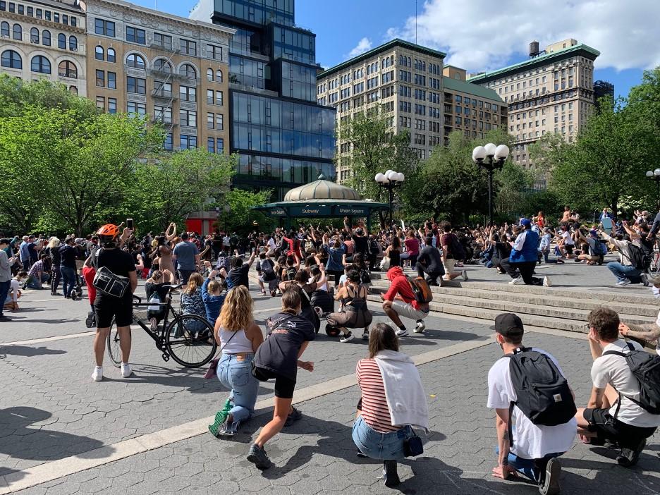 5月31日下午在纽约联合广场(Union Square)参加抗议活动的人群。许多人都戴着口罩,并努力保持着社交距离。