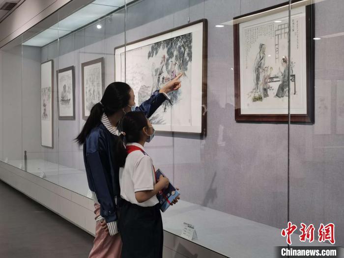 民众观看展览。 高雨晴 摄