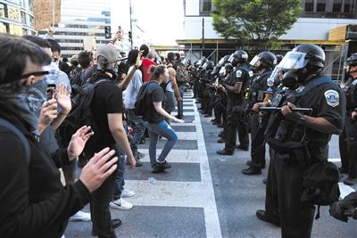 当地时间5月31日,美国华盛顿特区连续爆发反种族歧视示威抗议。陈孟统(美国分社)/中新社/人民视觉
