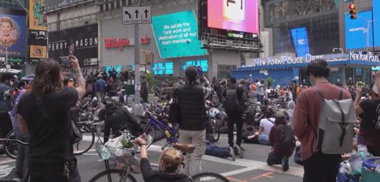 30秒丨记者直击纽约时报广场示威活动 纽约市周一晚实施宵禁