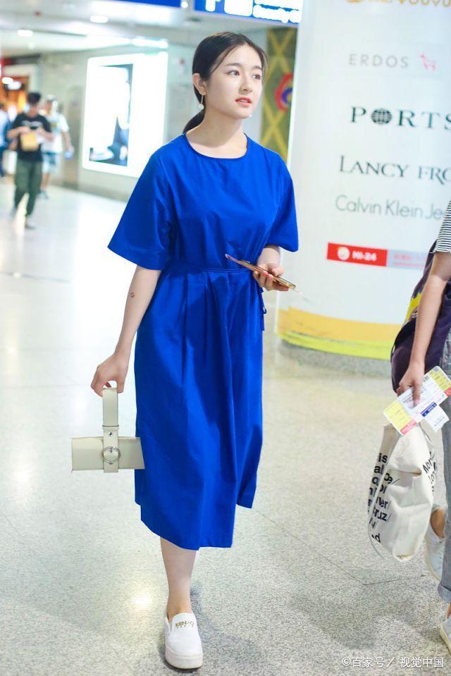 元气少女李兰迪机场比心狂撩粉丝,宝石蓝色束腰裙更显肌肤白皙