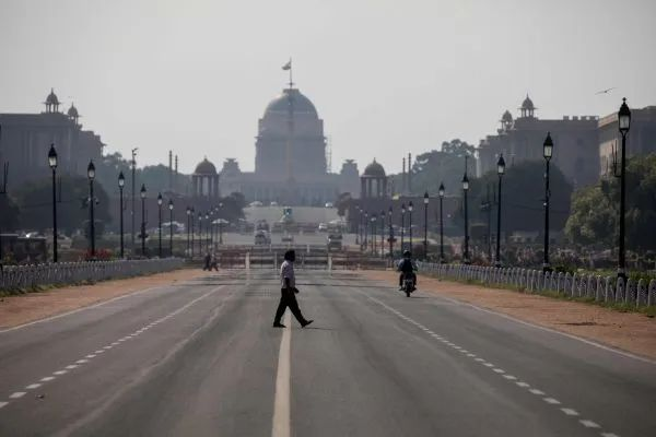 ▲资料图片:3月22日,在印度新德里,一名夫君穿过空旷的马路。(新华社/法新)