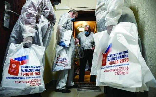 29日,工作人员带着移动票箱供莫斯科民众投票。