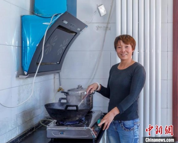 沼气站产生的沼气用于炊事、取暖,曾经洗澡不便的村民们有了公共浴室。生活方便了,村子也变美了。 李红卫 摄