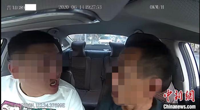 视频中,乘客殷某对网约车司机张某某进行了辱骂殴打。 网络视频截图