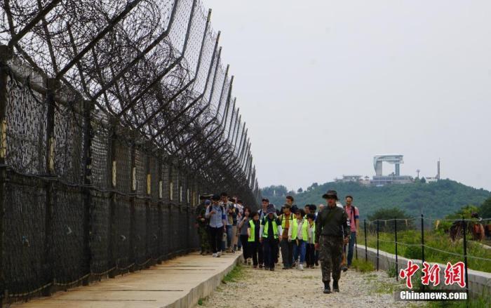 资料图:2019年,韩国向公众开放非军事区徒步游,图为游客正在体验徒步游,步道周围铁丝网环绕。中新社记者 曾鼐 摄