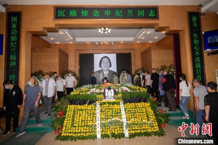 吊唁者围绕灵柩一圈,与申纪兰做最后的告别。 韦亮 摄
