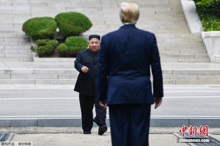 资料图:2019年6月30日,美国总统特朗普与金正恩在韩朝非军事区见面。