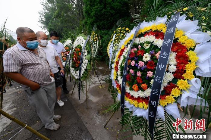 山西省长治市殡仪馆院内,两侧花圈林立。 韦亮 摄
