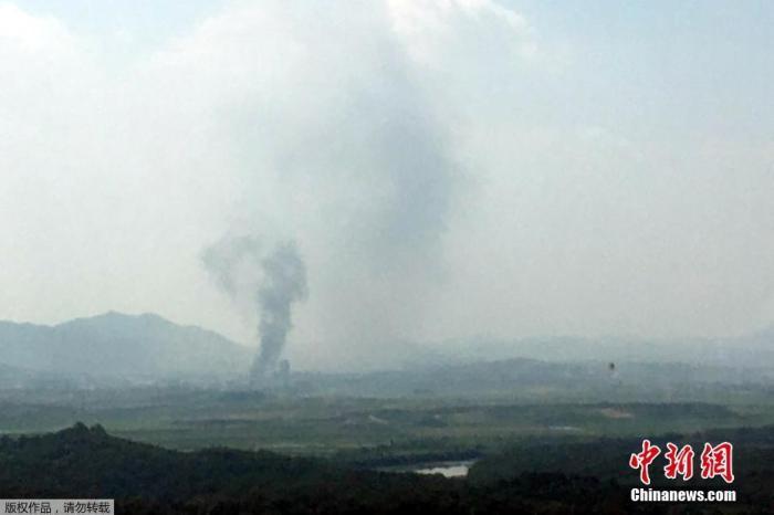 资料图:当地时间6月16日,朝韩联络办公室所在地的朝鲜开城工业园内升起一股浓烟。韩国统一部证实,位于朝鲜开城工业园内的朝韩联络办公室被爆破。