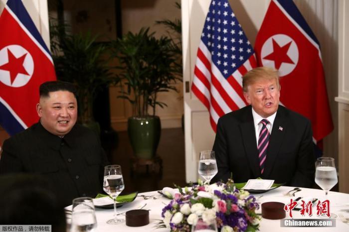 资料图:2019年2月27日,第二次朝美首脑会晤在越南河内举行。图为特朗普与金正恩两人共进晚餐。