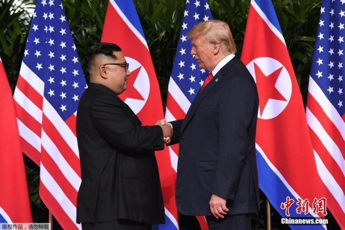 资料图:2018年6月12日,金正恩与特朗普在新加坡嘉佩乐酒店举行首次会晤。