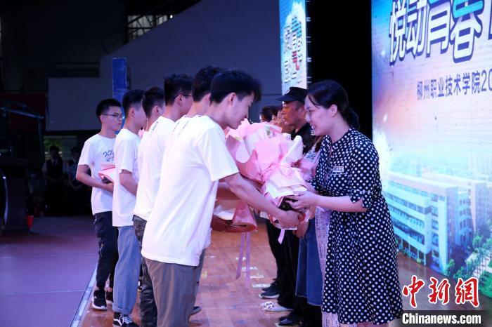 广西高校毕业典礼宿管阿姨收到鲜花:学生就像自己的孩子